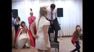 Конкурс на русской свадьбе, невеста топлесс