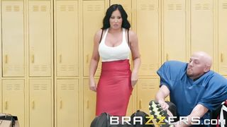 Brazzers - Cheating Cougar Milf Sybil Stallone wants some young cock in locker room