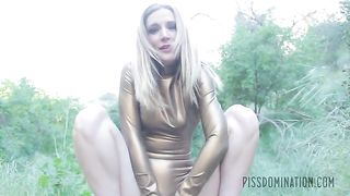 Mona Wales pissing solo
